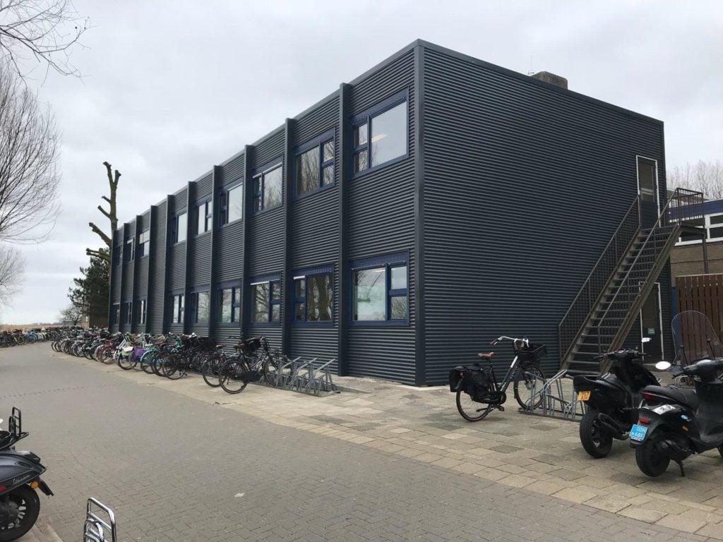 Tijdelijk schoolgebouw voor St Michael College in Zaamdam. Zes noodlokalen. Geplaatst door BUKO.